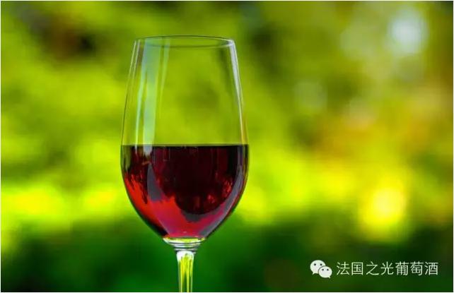 一般来说,葡萄酒的酿造都会经葡萄采摘,除梗压榨,酒精发酵,陈酿等步骤
