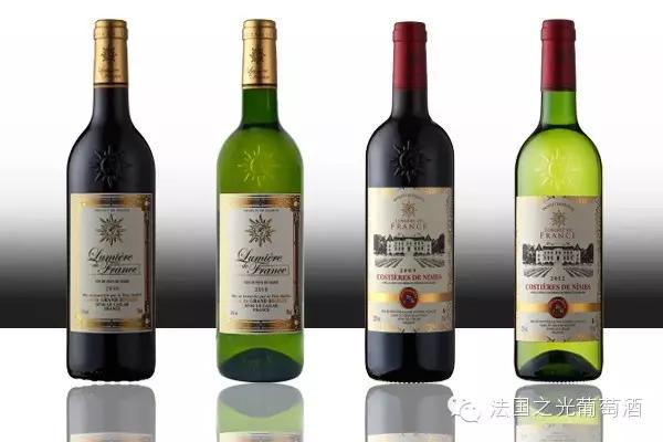 导读 很多人都以为,红酒就是红葡萄酒。其实,中国人口中的红酒只是对葡萄酒的一种统称,除了红葡萄酒外,还有白葡萄酒。那么,红葡萄酒只能用红葡萄酿造,而白葡萄酒也只能用白葡萄酿造吗?两者的酿造之间有没有区别?今天,本文将带来满满的干货解答这些问题。  一、葡萄酒的基本酿造过程 一般来说,葡萄酒的酿造都会经葡萄采摘、除梗压榨、酒精发酵、陈酿等步骤。而红葡萄酒和白葡萄酒之所以在颜色上有差别,正是源自它们酿造之间的区别。  二、红葡萄酒的酿造 红葡萄酒只能用红葡萄酿造,可以是皮红肉白的葡萄,也可以是皮肉皆红的葡萄。